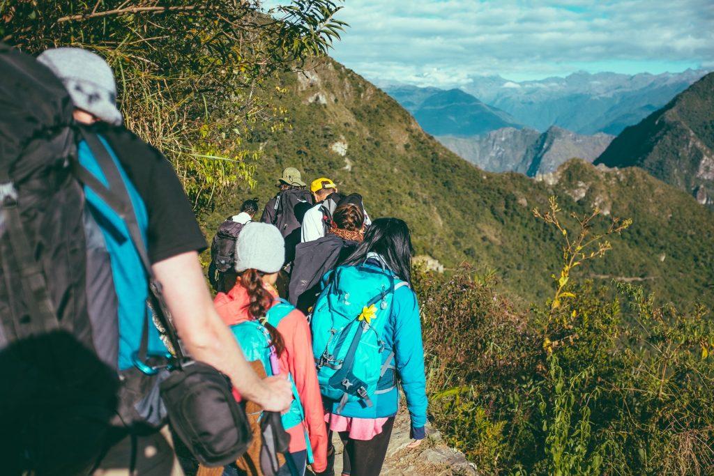personnes en randonnée en montagne