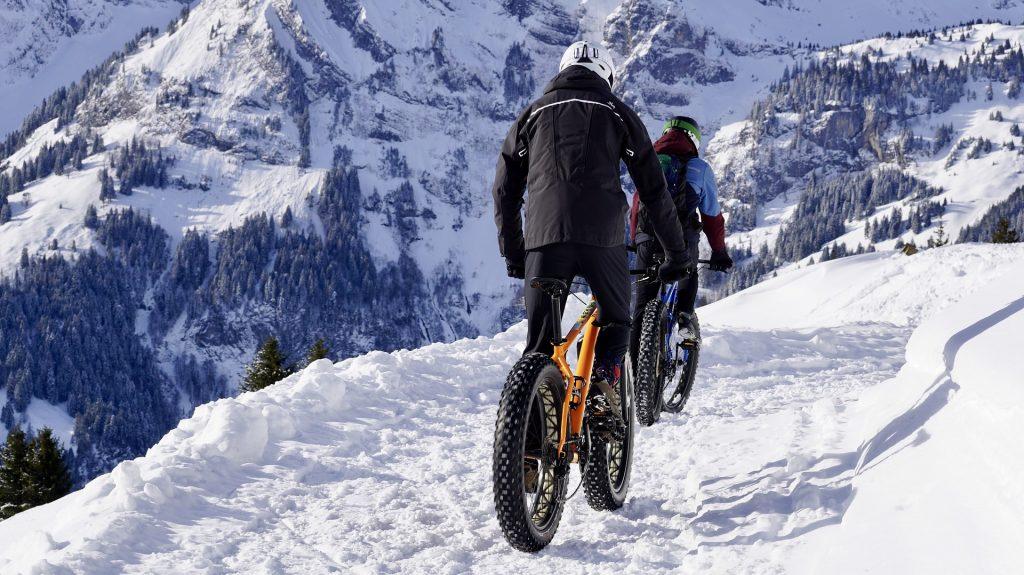 vtt électrique en montagne avec de la neige