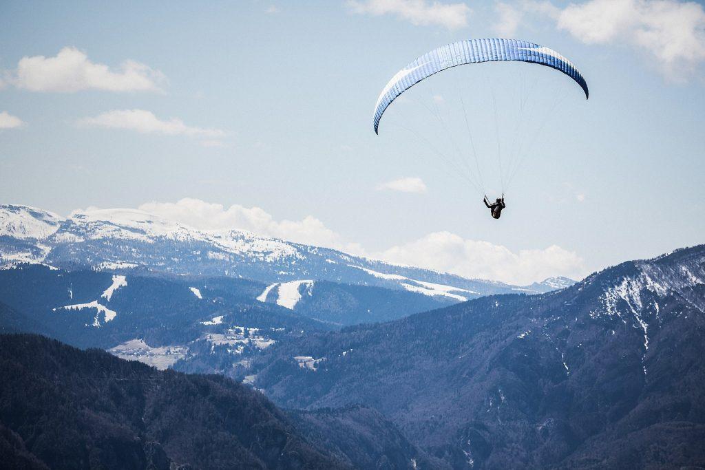 activité sportive : parapentes en hiver, activités pour challenger vos collaborateurs