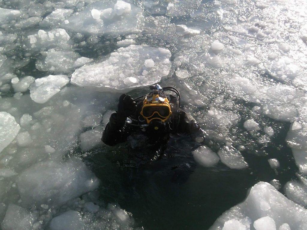 activité sportive : plongée sous glace